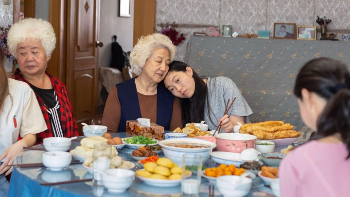 'The Farewell' Review: The Burden of Preserving One's Happiness at the Expense of that of Another Family Member